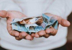 Qual o real custo de um curso online? - dinheiro na mao 22
