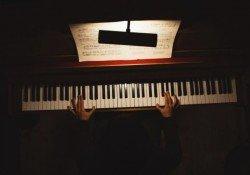 Quanto custa um piano e sua manutenção? Lista de preços - piano dark blues