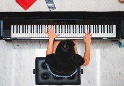 Os melhores cursos de teclado e piano online - tocar piano curso